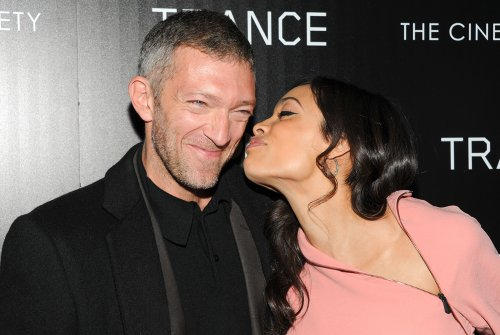 Beso amistoso entre Rosario Dawson y Vincent Cassel