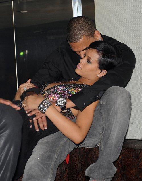 Beso entre Rihanna y Chris Brown