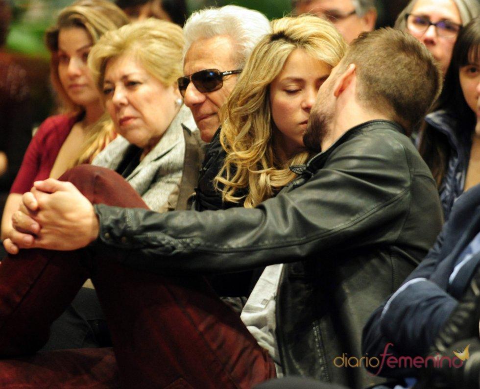 Shakira y Piqué se besan en público