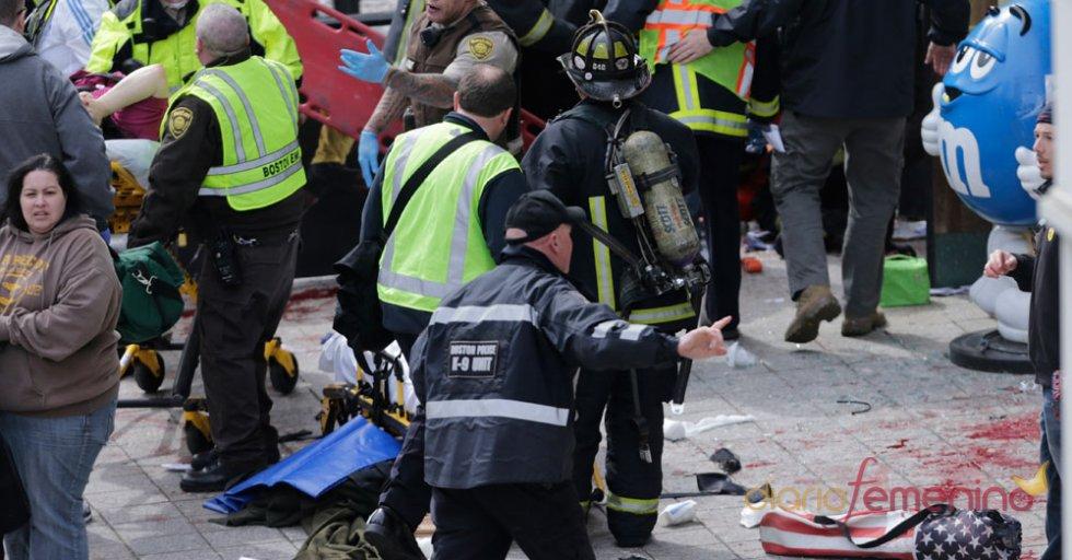 Efectivos tratan de ayudar a las víctimas del atentado de Boston