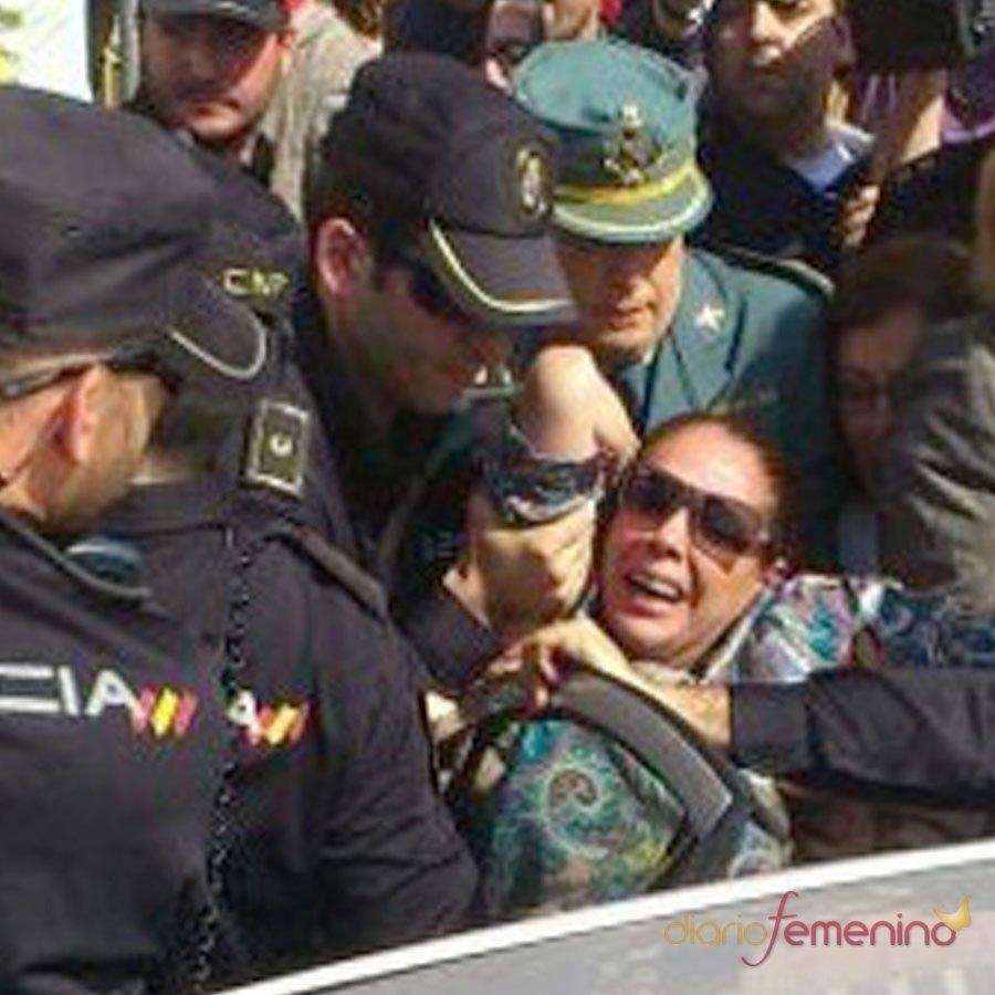 La foto de Isabel Pantoja, atacada y tirada de los pelos