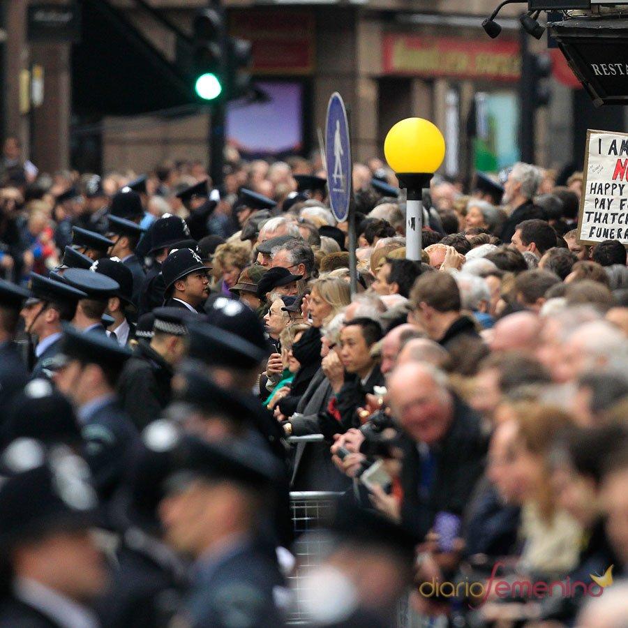 El pueblo británico, volcado con el funeral de Tathcer