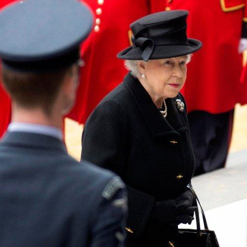 La Reina Isabel II, al lado de Margaret Thatcher