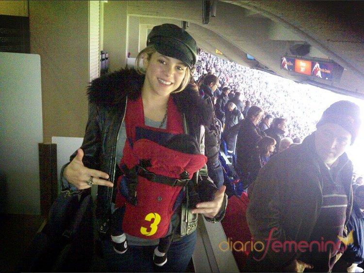 Shakira con su hijo Milan en un partido de su padre, Gerard Piqué