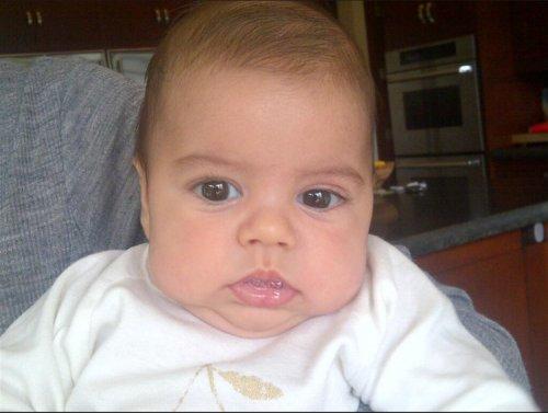 Primer plano de Milan, el hijo de Shakira y Gerard Piqué