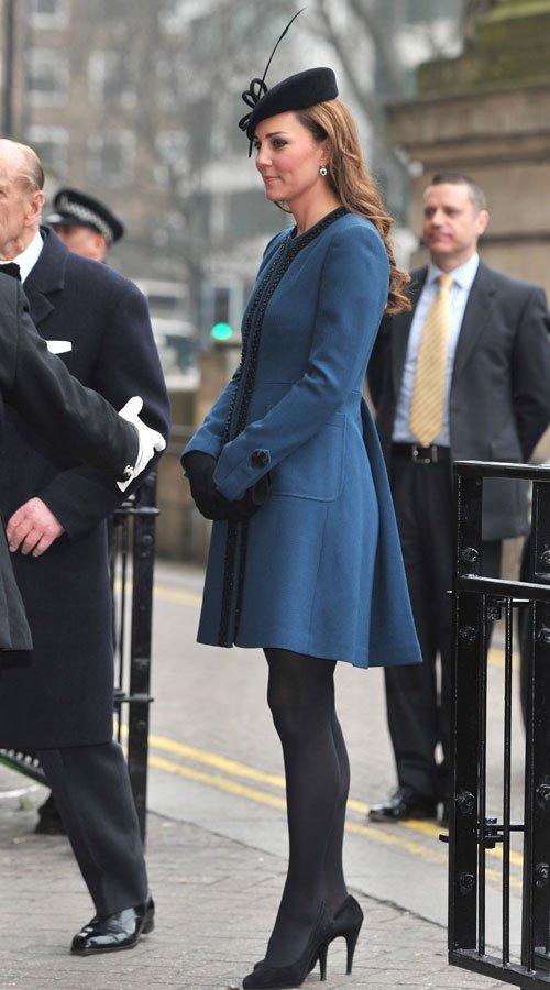 Kate Middleton, embarazada: vestido oculto por el abrigo y el tocado