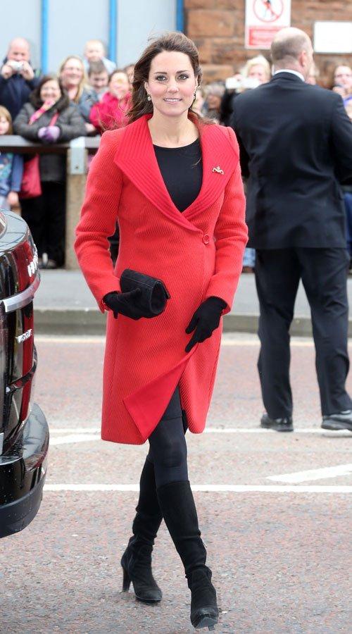 Kate Middleton, embarazada y de rojo pasión