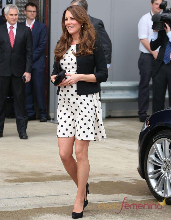 Kate Middleton embarazada: vestido de premamá y taconazos