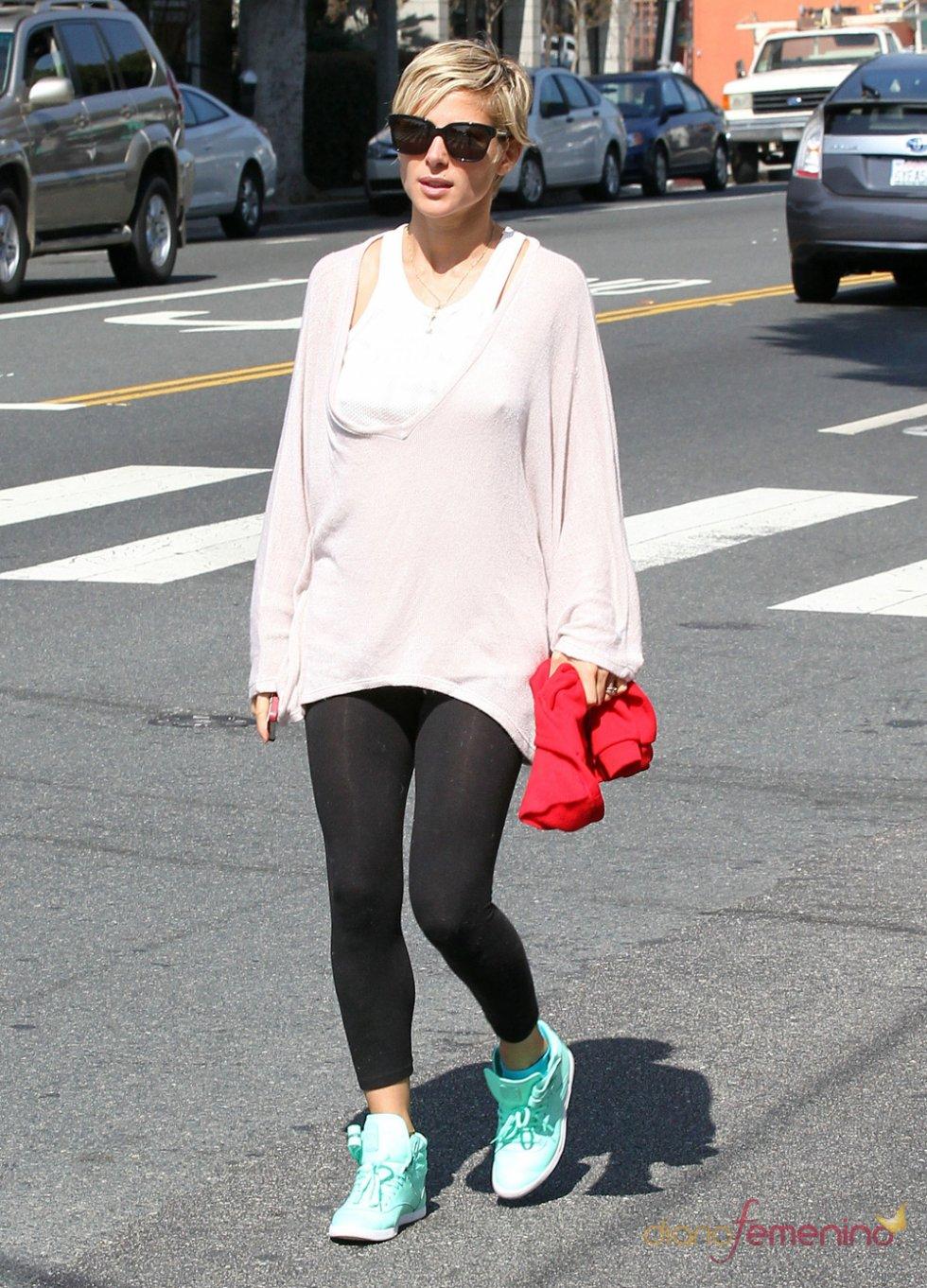 Elsa Pataky pasea con leggins y deportivas durante un soleado día