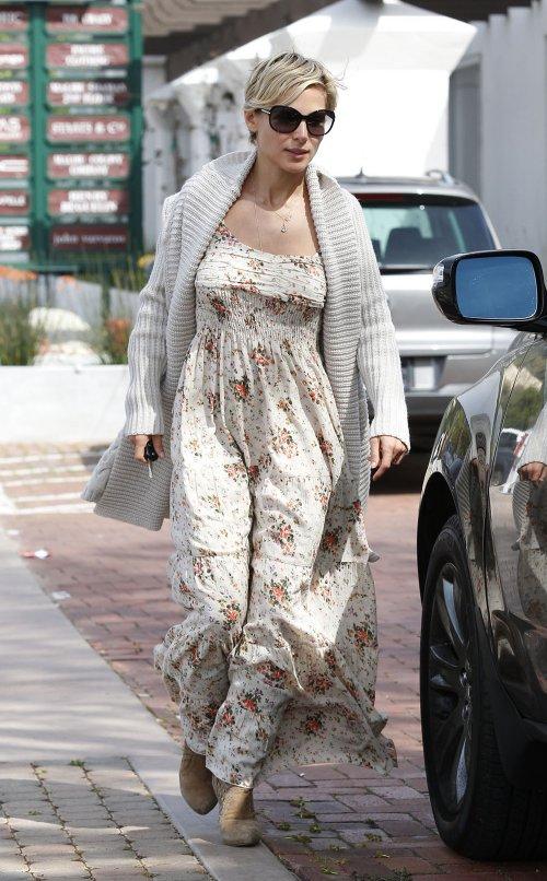 Elsa Pataky luciendo un vestido largo con estampado de flores
