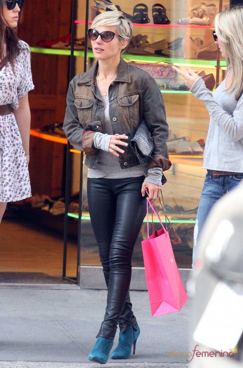 Elsa Pataky opta por la chaqueta vaquera y el pantalón de cuero para una tarde de compras
