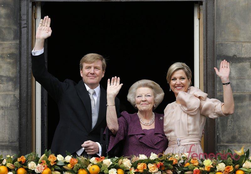 Guillermo y Máxima, Reyes de Holanda, saludan desde el balcón nada más ser proclamados