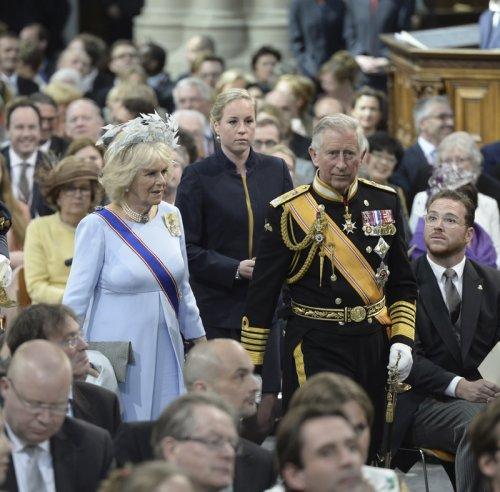 Carlos de Inglaterra y Camila, duquesa de Cornualles, en la coronación de Guillermo de Holanda
