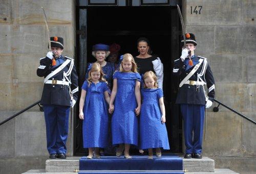 Las hijas de Guillermo de Holanda de Holanda y Máxima Zorreguieta durante la coronación de sus padres