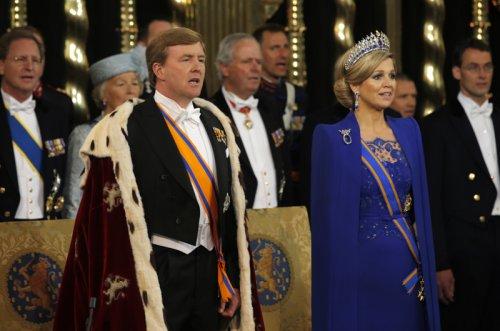 Guillermo y Máxima durante el acto en el que se convierten en Reyes de Holanda