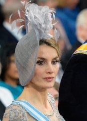 El tocado y la flor de Letizia en la coronación en Holanda
