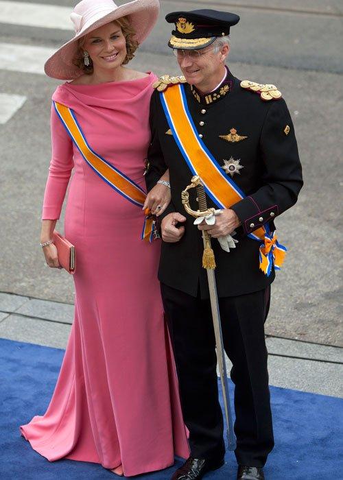 Matilde de Bélgica y su vestido rosa en la coronación en Holanda