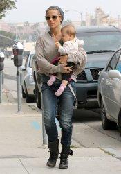 Elsa Pataky con su hija India en brazos