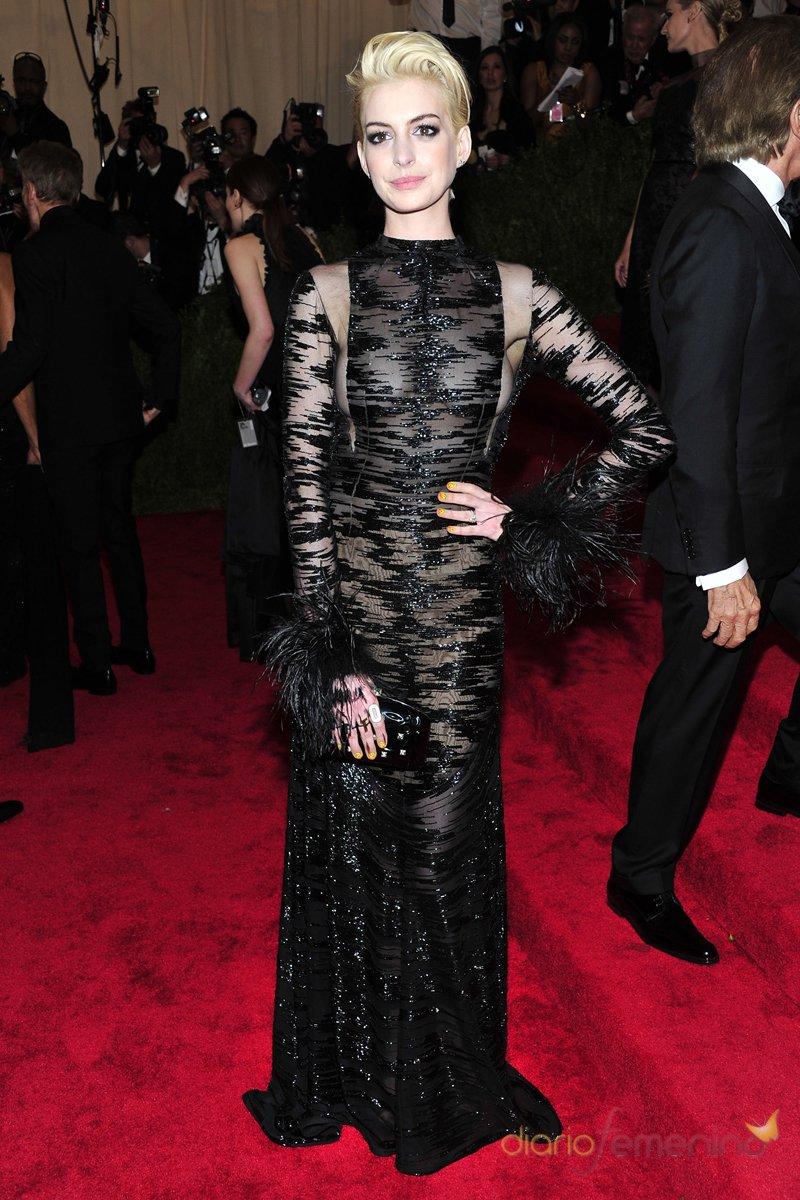 El look de Anne Hathaway en la gala MET 2013 dedicada a la estética Punk
