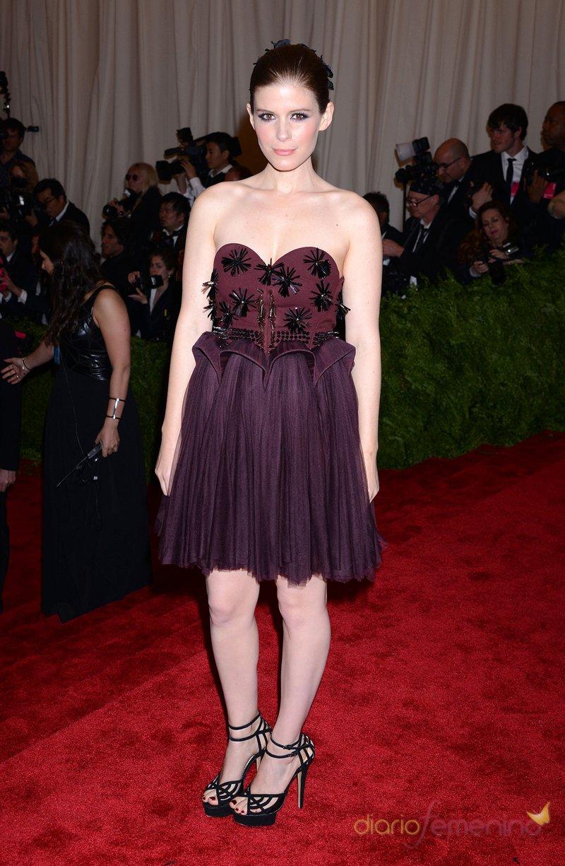 El look de Kate Mara en la gala MET 2013 dedicada a la estética Punk