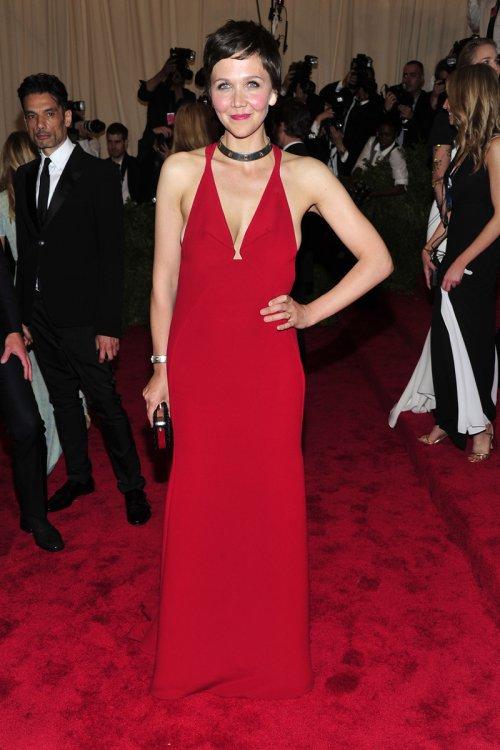 El look de Maggie Gyllenhaal en la gala MET 2013 dedicada a la estética Punk