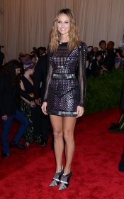 El look de Stacy Keibler en la gala MET 2013 dedicada a la estética Punk