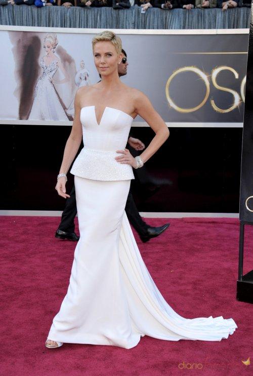 Vestidos de noche: Look moderno en blanco de Charlize Theron