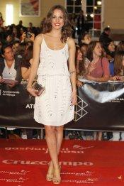 Vestidos de noche: Silvia Alonso, de corto y blanco