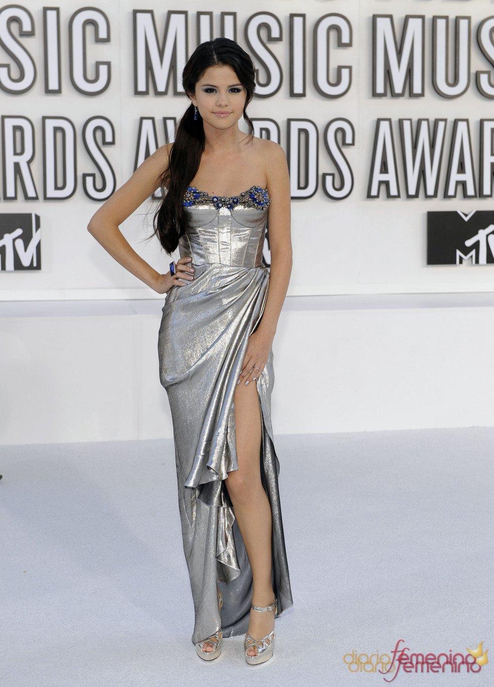 Vestidos de noche: Selena Gomez en color plateado