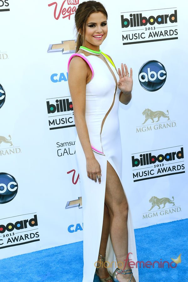 Selena Gomez, vestido blanco en los Billboard Music Awards 2013