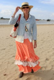 Simoneta Gómez Acebo combina un vestido de faralaes naranja con una chaqueta vaquera en el Rocío 2013