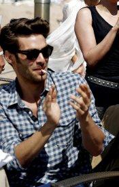 Jon Kortajarena, un guapo adicto al tabaco