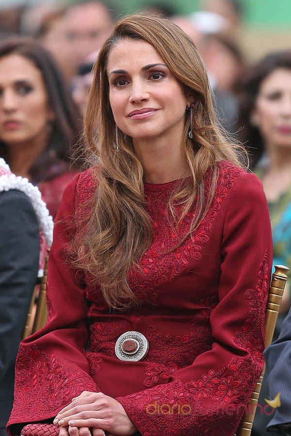 El vestido granate de Rania de Jordania: su reaparición