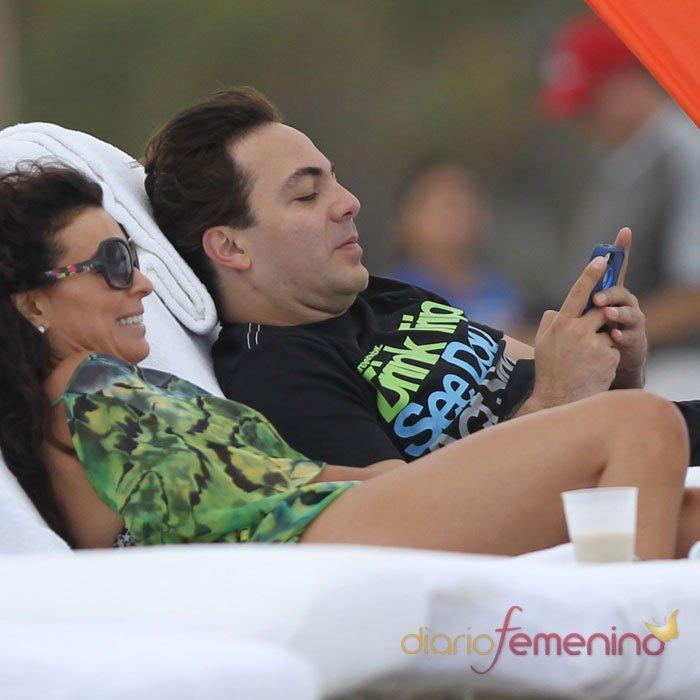 Christian Castro y su novia, románticas fotos en la playa