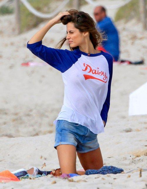 Ariadne Artiles, elegancia sin estar en bikini: famosas en la playa