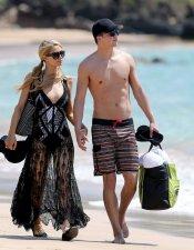 Paris Hilton en bikini y el cuerpo de su novio: famosos en la playa