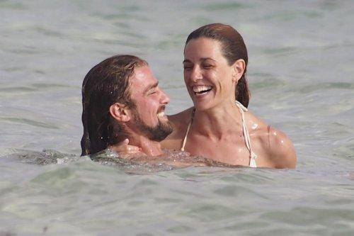 Raquel Sánchez Silva y su novio, Mario Biondo, en un divertido momento en la playa