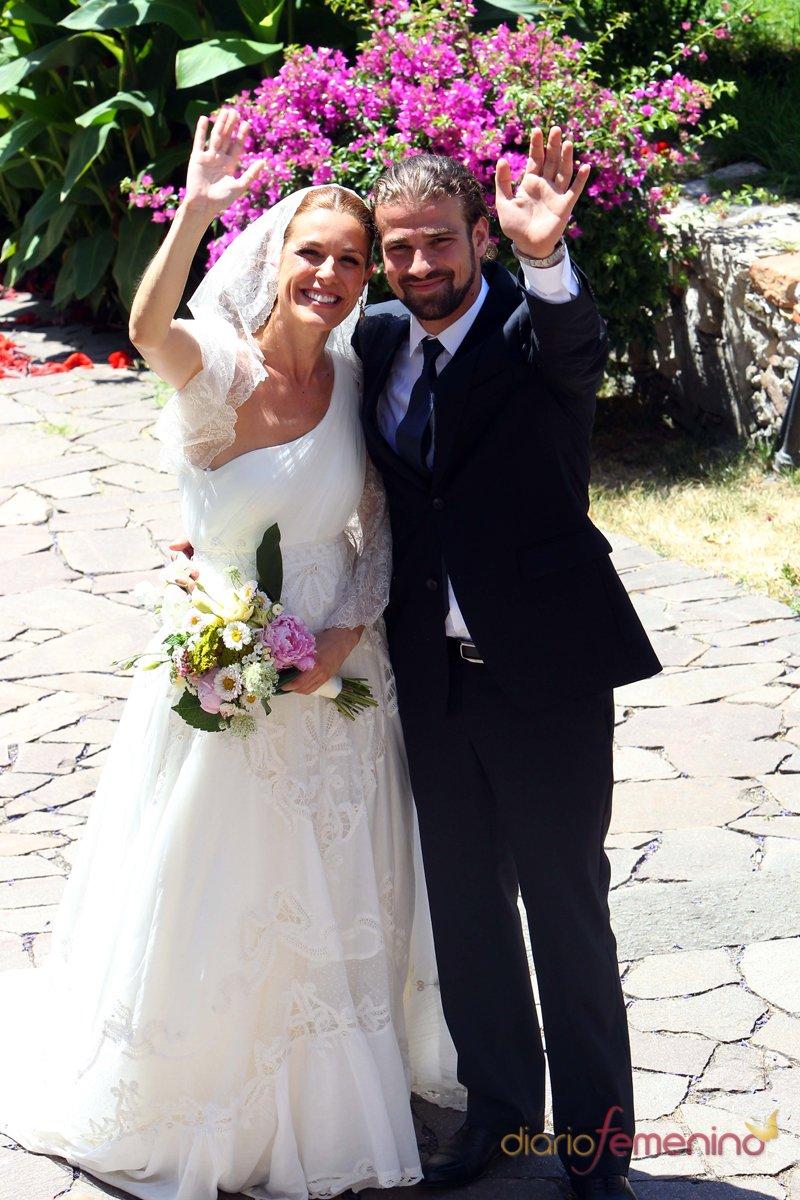 Raquel Sánchez SIlva y Mario Biondo saludan a los fotógrafos el día de su boda