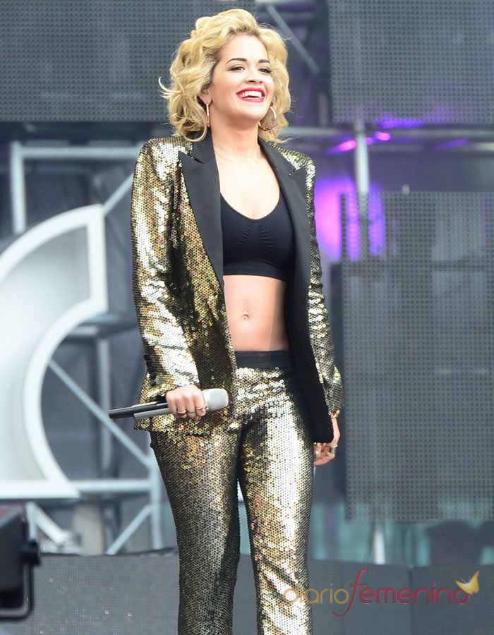 Macroconcierto por las mujeres: Rita Ora cantó con un look dorado