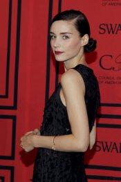 La siempre 'siniestra' Rooney Mara en los CFDA 2013