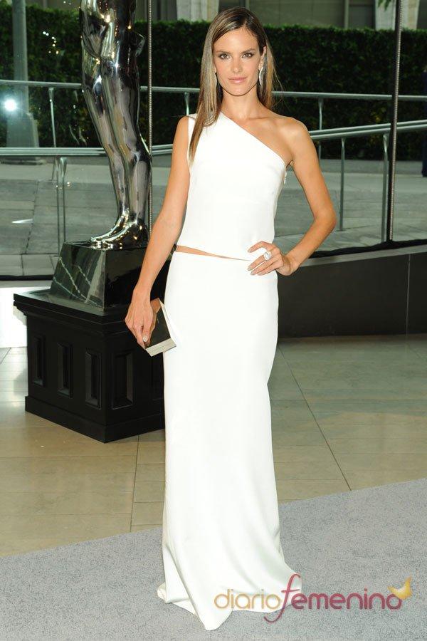 Alessandra Ambrosio, espectacular vestido de fiesta blanco en los CFDA 2013