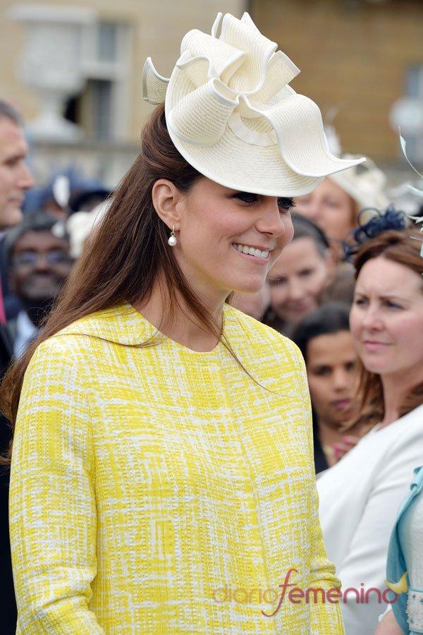Kate Middleton: vestido de premamá con abrigo amarillo y blanco