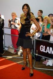 Naomi Campbell y su vestido de fiesta negro y oro en los premios del glamour 2013