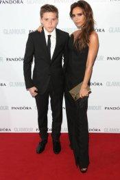 Victoria Beckham y su hijo Brooklin, guapos de negro