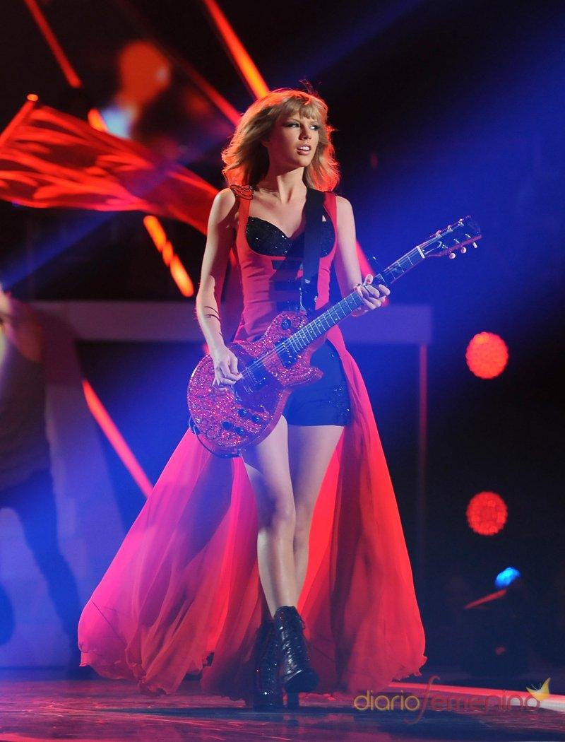 Taylor Swift durante su actuación en los CMT 2013