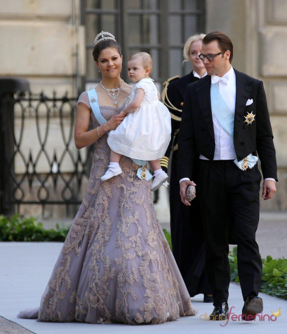 La princesa Victoria con su hija Estelle y el príncipe Daniel en la Boda Real de Suecia