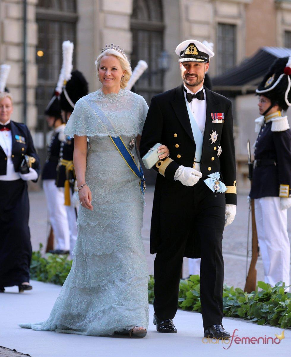 La princesa Mette-Marit and y el príncipe Haakon de Noruega en la Boda Real de Suecia