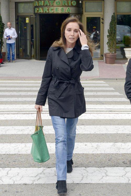 Ana Belén se acerca al tanatorio a despedir a Elías Querejeta