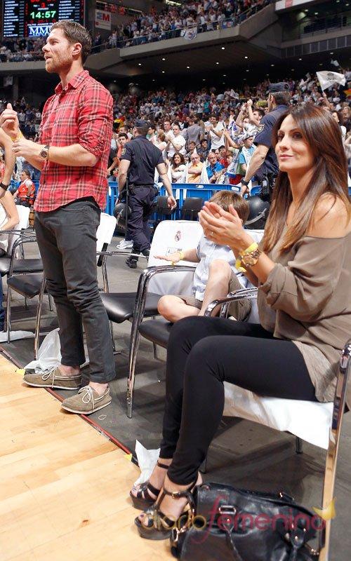Xabi Alonso con su mujer, Nagore Aramburu, en el basket