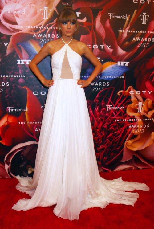 Taylor Swift, espectacular vestido blanco en la feria del perfume 2013